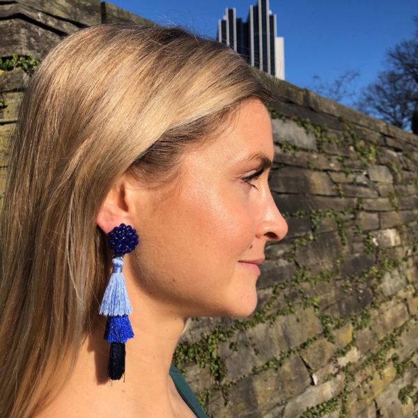 INAstyle I Blauer Tassel-Ohrring FLAVIA mit Glaskristallen und drei unterschiedlich eingefärbten Quasten!