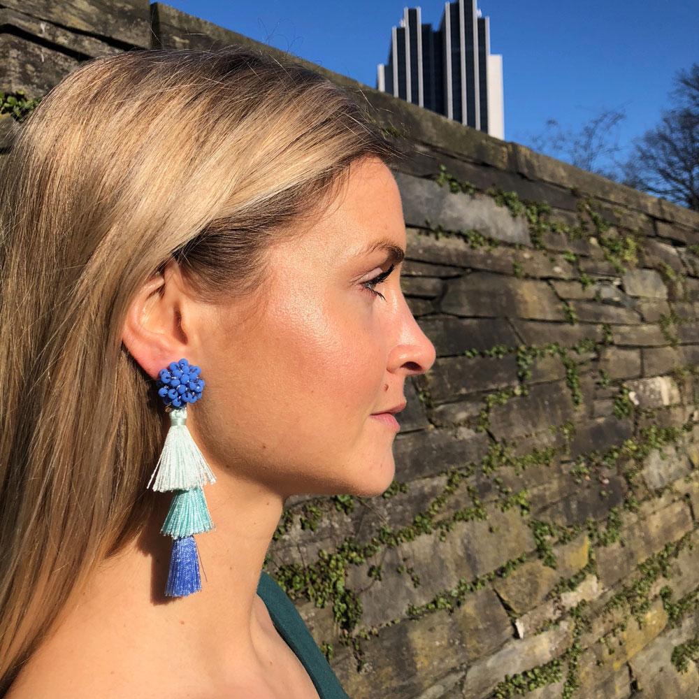 INAstyle I Hellblauer Tassel-Ohrring FLAVIA mit Glaskristallen und unterschiedlich eingefärbten Quasten!