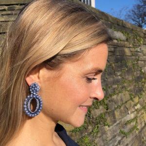 INAstyle I Blauer Steckerohrring PENELOPE mit synthetischen Perlen und glänzendem Garn!