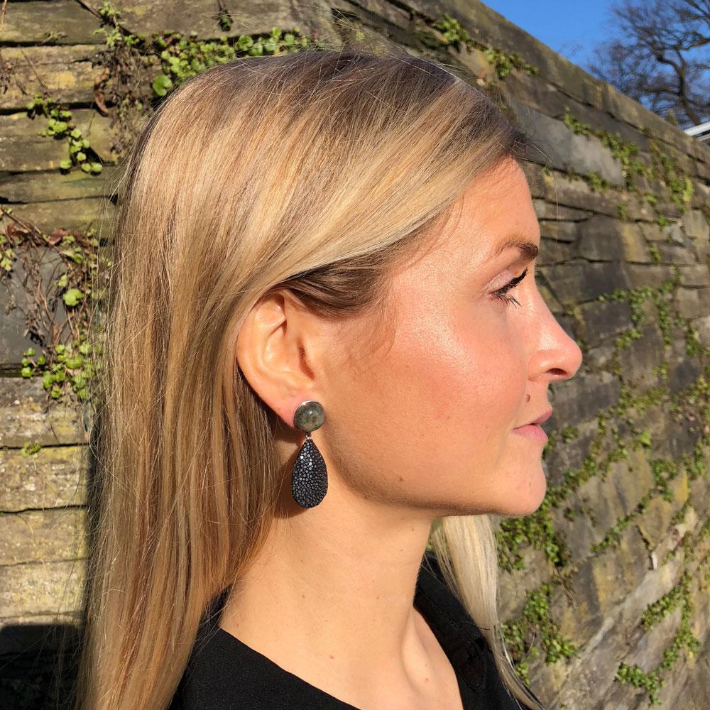 INAstyle I Schwarzer Steckerohrring ROYA aus Rochenleder, 925er-Silber und Labradorit!