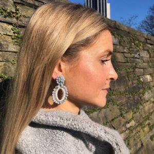 INAstyle I Silbergrauer Steckerohrring ELLI mit Glaskristallen und glänzendem Garn!