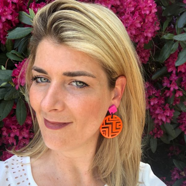 INAstyle I Steckerohrring Minh in Orange und Pink aus Büffelhorn sowie Stecker aus rhodiniertem Messing mit Labyrinth-Muster!