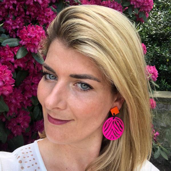 INAstyle I Steckerohrring Silja in Pink und Orange aus lackiertem Büffelhorn mit Spinnennetz-Muster!