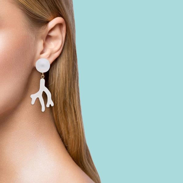 INAstyle I Ohrclip Arielle in Perlmutt und Weiß am Ohr