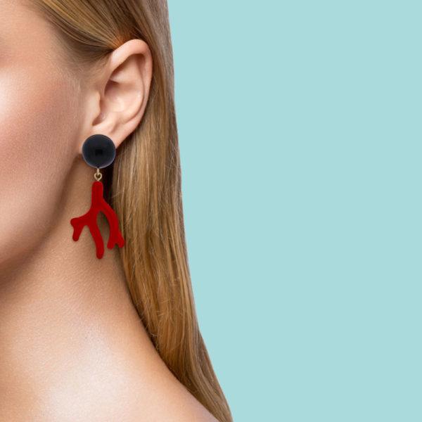 INAstyle I Steckerohrring Arielle in Rot und Schwarz am Ohr